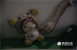 小瓜说,现在她之所以还留着这只娃娃熊并不是因为对前男友还有留恋,只是觉得它还蛮可爱。相反,她对这段感情很懊悔,如果再有一次机会,她一定不会选择和他在一起。