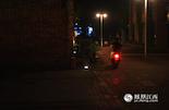 凌晨1点,酒吧打烊,小魏骑着电动车踏上了回家的路,红色尾灯在夜色中格外显眼。