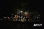 """深夜下班后,辛苦了一个晚上的夜班工作者会去吃夜宵慰劳自己。1点30分,凤见摄影师来到红谷滩沙井小区,这里的小摊小店已成了晚班人的""""午夜食堂""""。"""
