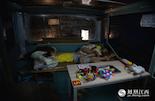 到了凌晨2点左右,忙活一夜晚的夫妻俩才开始收摊,这时两个孩子早已经在车上睡着。龚师傅说,这样的工作虽然辛苦,但也算自由,目前赚的钱也刚好够糊口,白天还可以有时间照顾孩子学习。