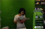 小婷上的是通宵班,时间从晚上8点到次日早上8点。夜深人静的时候,顾客很少,可小婷不会闲着,她会学习总部发放的店员管理手册。