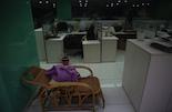 编辑部里,不少员工会在桌子边放一张可以休息的躺椅,抽空小憩。小敏说,长期夜班会导致内分泌失调,满脸长痘。