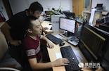 晚上10时,凤见摄影师来到恒茂国际大厦写字楼。在期货公司上班的小王还在帮客户盯着期货数据。由于期货开盘的时间要对应国际市场,所以他的上班时间是晚上9点到次日凌晨2点。