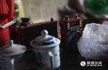 岛上不通电,用播放器听采茶戏是老曹唯一的娱乐活动。不过,每隔几天,他都要带着播放器去儿子家充电。