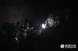 转眼夜幕即将降临,老曹家唯一的照明工具就是这盏应急灯。由于只能持续使用3个小时左右,所以老曹和老伴吃完晚饭后,就直接睡觉。