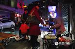 """她在南昌桂旺巷摆摊,二十多年没涨价,她的故事从2014年底火到了2015年初,她叫程应青,被人称作""""一角奶奶""""。网络上的传播和媒体的报道让她一夜之间成为公众人物。而当一个热点迅速被另一个热点代替时,还会有多少人记得这位老人?"""