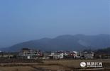 世代都住在九江德安县聂桥镇宝山村的杨家二老,一辈子都没听说过电石这种东西。但就在今年的8月12日的晚上,天津港发生大爆炸,这场事故共夺走了165人的生命,这其中就包括了他们的儿子杨大炎。一时间,天津爆炸案中逝去的唯一江西人,也成为了舆论的热点。