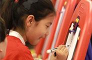 孩子们专注的创作