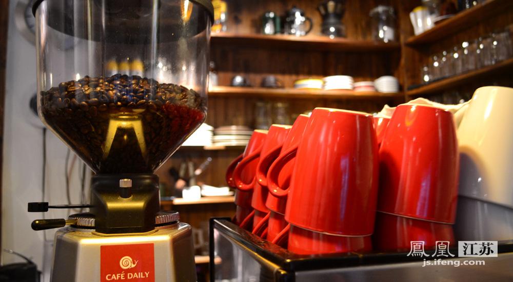 每日咖啡 木质吧台放满洗净的红色咖啡杯