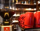 下午茶之每日咖啡 木质吧台放满洗净的红色咖啡杯