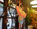 下午茶之七月咖啡馆 暖暖灯光打在藤蔓缠绕的窗户 一盏蝴蝶风筝点缀生花