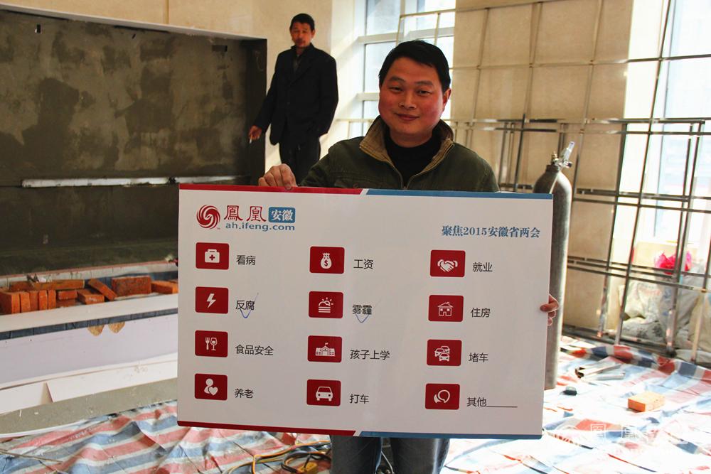 刘先生是一名建筑工人,每天在各种装修材料刺鼻的气味中工作,让他苦不堪言。他希望自己工作之外的空气可以好一点,希望政府继续加大治理环境污染的力度。(图/文 董军 傅剑波)