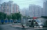 我们跟踪拍摄的这群人来自安徽亳州,居住在面包车上。其实,随着城市房屋的建筑质量的提高,补漏这种工作的从业者越来越少,这使得他们必须在清晨就出发前往城乡结合地区寻找生意。