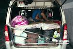 安徽亳州人的补漏车,和吉普赛人的大棚车一样神奇。在这个小小的车身里,不仅要存放他们的工具,还要铺设了一张床铺,一家人就住在这辆车上。