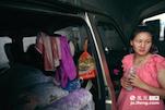 小李的妻子是个贤惠的女孩,把狭小的车厢打理的很有条理,孩子用的毛巾、蚊香都一应俱全。对她来说,这辆面包车就是他们的新房。