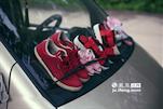 挡风玻璃上的雨刮器夹着许多鞋,在不下雨的时候,这就是小李一家用来晾晒鞋子的地方。
