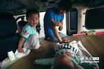 在小张家的车上,还有一个刚出生不久的女孩,这是张龙龙的第二个孩子。由于车里空间太小,平时都是父母带着大儿子睡,自己带着小女儿睡。