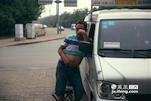 李师傅是张师傅的小舅子,两家人几年前就开始结伴一起来南昌找活干。今年开始两家人都分别给自己的儿子添置了两辆新车,一共四辆车抱团生活在赣江大桥的桥洞下。
