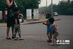 对于补漏人的孩子来说,城市里的一切都是新奇的。而城市里的孩子,也没有见过生活在街边的他们。