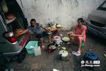 李师傅的妻子和儿媳妇开始准备晚饭,一般他们都会去附近比较便宜的菜场买菜。一顿饭一家人在一起也就是吃一两个菜。