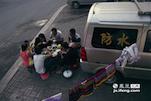 李师傅一家也开始在路边支起了桌子开始吃饭,今天正好遇到了同是干这一行的亲戚,所以大家在一起吃晚饭。