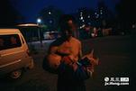 晚上八点左右,他们的一天的生活就结束了,老张抱着孙子开始哄着他睡觉。