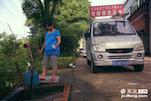 看到路边一口井,老张的妻子领着桶下去里,日常生活的用水都来自像这样的途径。