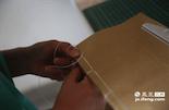 和印刷新书的流程一样,修复古书的流程中最后一项也是装订。为了保证最大限度地还原古书的原貌,小戴使用的是和王加泉老人一样的的装订技艺。像小戴这样有经验的修复员,一天也只能修复两页古书。