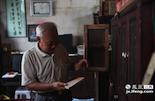 吴老退休之前在文物部门工作,由于工作的原因,从八十年代开始他帮助国家收集各种金溪古书。但当时缺乏经费,收集文物都要靠自己掏钱,在金溪的某个村落的一座宝塔里,他一次就抢救过一百多本金溪古书。