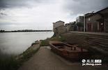 """如今的古码头早已经荒废,而当年就是通过这里经水路,把金溪书运往全国各地。金溪浒湾的书商也得以在北京的琉璃厂、重庆、上海等地开设了大量的书铺分号,金溪在当时也有了""""小上海""""的称号。"""
