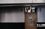 """在南昌大学科技学院的男生宿舍里,一间寝室的大门上写着""""养老院""""字样,让人一看就知道这是一间大四学生的寝室。"""