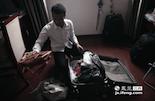 在江西财大完成了两年的硕士课程之后顺利毕业,沙奇里学的是国际商务。毕业前,他特意去了趟义乌,买了许多中国制造的小商品。其中一个女式挎包,是他打算送给未婚妻的礼物。