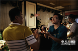 """爱打游戏的宅男陈佳熙不会喝酒,但在酒会上他依然保持了打游戏时的生猛状态,拿着一杯饮料""""冲""""向班导。"""