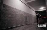 在江西科技学院的学生寝室里,老旧的墙面被铲去,准备铺上新瓷砖迎接新同学。而最后一批将要离开的同学也将在7月初离校。
