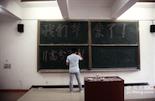 """陈佳熙所在的昌大科技学院高分子材料111班的学生们正在准备最后一次班会,这一次班会的主题是筹备毕业酒会以及如何""""喝倒""""班导。"""