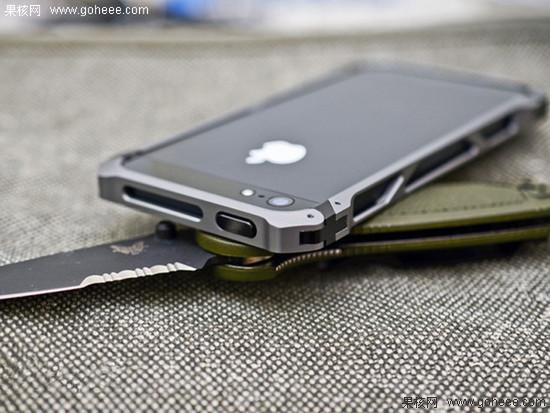 CNC公司近日发布了一款iPhone 5金属框,不同于其他坚硬的金属框,Element Case在边角处都放置了柔软的麋鹿皮,所以并不用担心金属框会给脆弱的iPhone 5留下痕迹。并且附送了一张柔软的背贴,解决了iPhone 5后背掉漆的问题。
