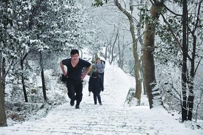 素颜男人雪地里照片