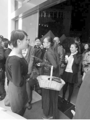 杨丽萍携菜篮子逛法拉利车展高清图片