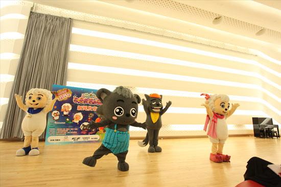 卡通人偶表演舞蹈