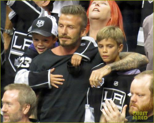 贝克汉姆携三子看冰球比赛 一脸浓胡又搂又抱