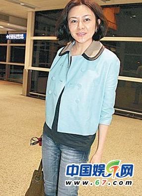 50岁关之琳戴墨镜现身街头 清凉装背部露赘肉(组图)
