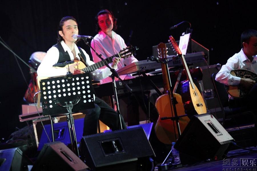 北京 艾尔肯/艾尔肯现场演唱。
