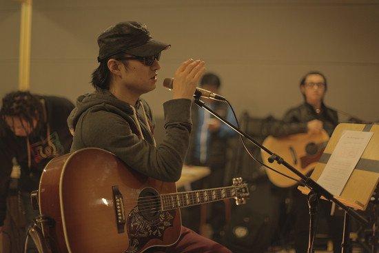 汪峰在和乐队讲解歌曲