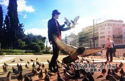 许嵩希腊街头喂鸽子+被赞优质作品源于沉淀