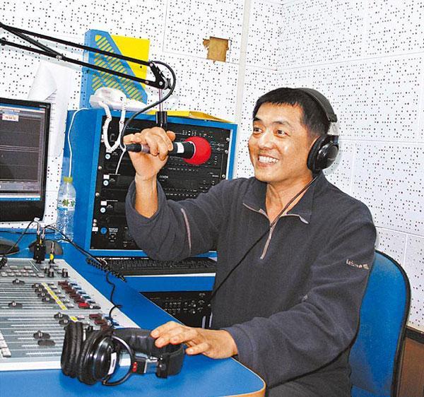 林强目前无酬帮政大之声录广播节目