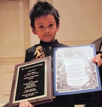 王帅文展示他获得四手联弹冠军及评审特别奖牌。(受访者提供)
