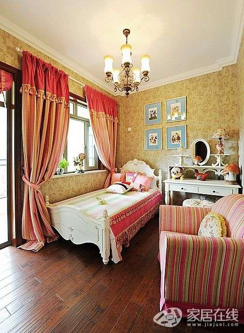 床是白色,床頭造型為曲線設計,這樣房屋的效果就出來了.