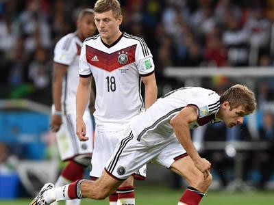 德国穆勒摔倒_穆勒假装摔倒演砸了 德国搞笑任意球笑翻全场