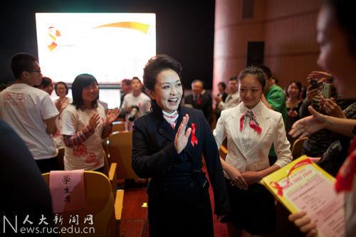 2013年艾滋病宣传日_彭丽媛参与艾滋病日宣传 点亮红丝带(图)_公益频道_凤凰网