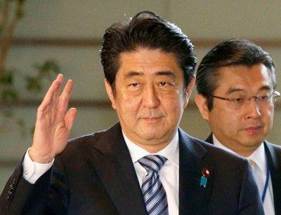 小泉纯一郎批安倍_成为自2006年时任首相小泉纯一郎后,首位参拜靖国神社的在任首相.